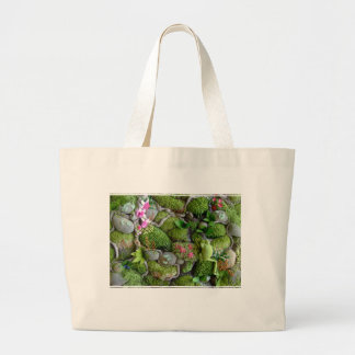Tote bag with green frog in embroidered setting