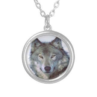 Tótem del animal del lobo collar plateado
