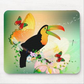 Toucan con las flores tapetes de ratones