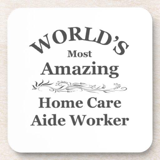 Trabajador asombroso del asistente de los cuidados posavaso