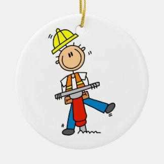 Trabajador de construcción con los regalos del adorno navideño redondo de cerámica