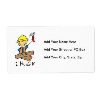 Trabajador de construcción construyo las camisetas etiquetas de envío