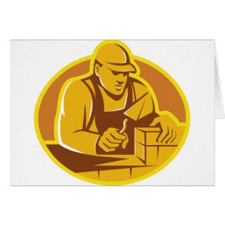 trabajador de construcción de la capa de ladrillo  tarjeta de felicitación