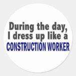 Trabajador de construcción durante el día etiqueta redonda