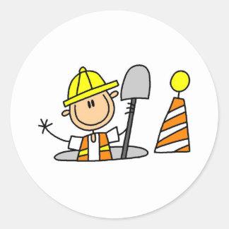 Trabajador de construcción en boca pegatina redonda
