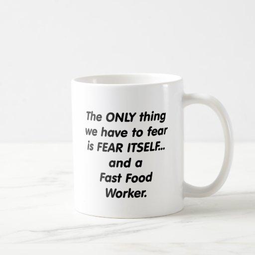 trabajador de los alimentos de preparación rápida  tazas de café