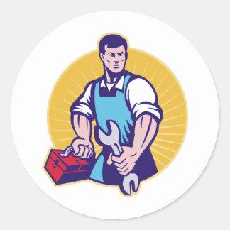 Trabajador del comerciante del mecánico que etiquetas redondas