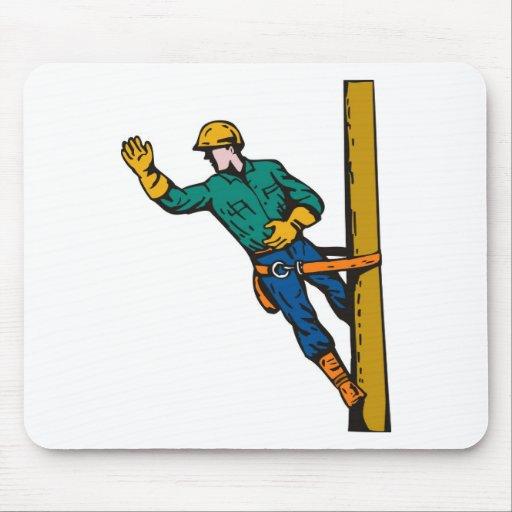 Trabajador del electricista del instalador de líne tapetes de raton