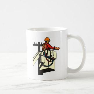 Trabajador del electricista del instalador de líne taza de café