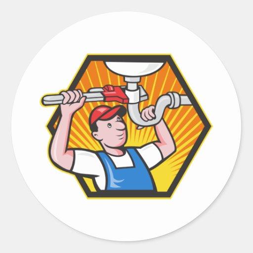 Trabajador del fontanero con la llave ajustable pegatina redonda