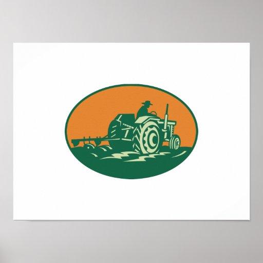 Trabajador del granjero que conduce el tractor de  póster