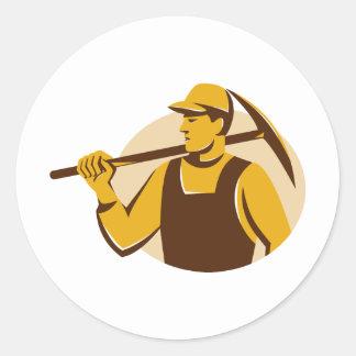 trabajador del minero con el hacha de la selección pegatina redonda