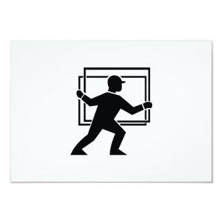 """Trabajador que dirige entregando la placa de invitación 3.5"""" x 5"""""""