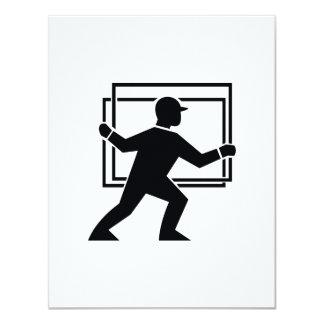 """Trabajador que dirige entregando la placa de invitación 4.25"""" x 5.5"""""""
