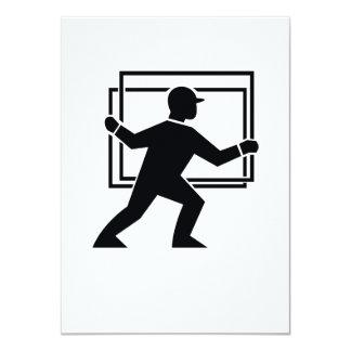 """Trabajador que dirige entregando la placa de invitación 4.5"""" x 6.25"""""""