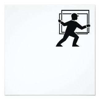 """Trabajador que dirige entregando la placa de invitación 5.25"""" x 5.25"""""""