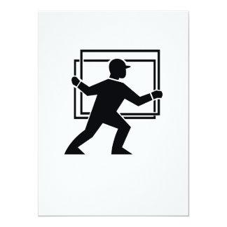 """Trabajador que dirige entregando la placa de invitación 5.5"""" x 7.5"""""""