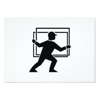 """Trabajador que dirige entregando la placa de invitación 5"""" x 7"""""""