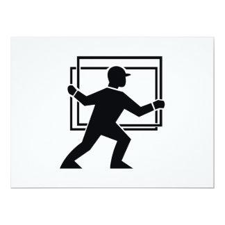 """Trabajador que dirige entregando la placa de invitación 6.5"""" x 8.75"""""""