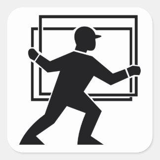 Trabajador que dirige entregando la placa de calcomanías cuadradass personalizadas