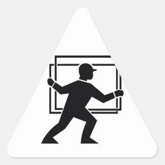 Trabajador que dirige entregando la placa de calcomania de triangulo