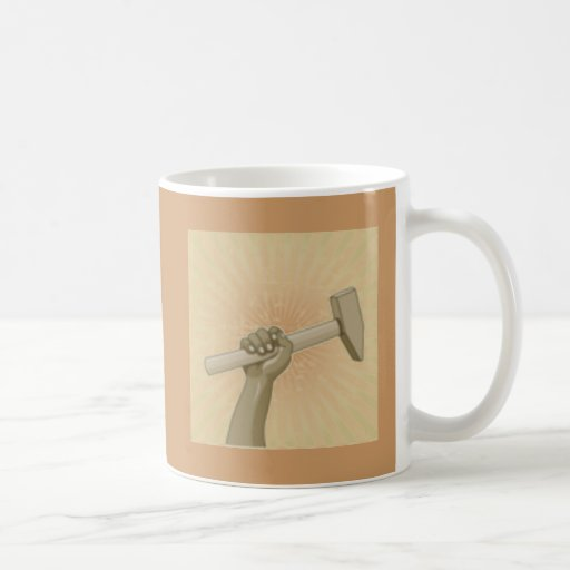 Trabajador que sostiene el martillo de trineo tazas de café