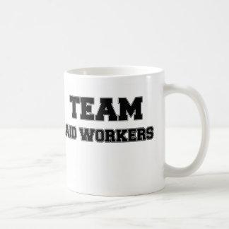 Trabajadores de ayuda del equipo taza de café