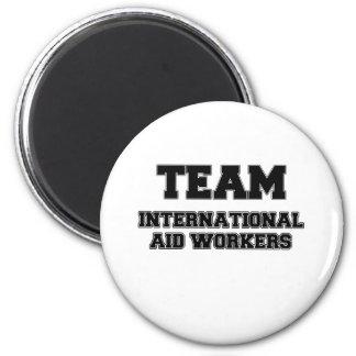 Trabajadores de ayuda internacional del equipo iman de nevera
