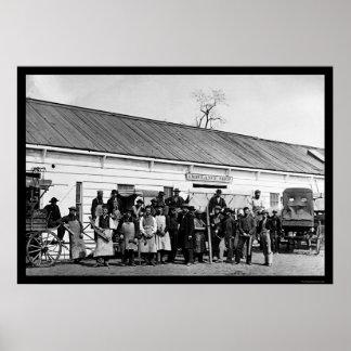 Trabajadores delante de la tienda 1865 de la ambul póster