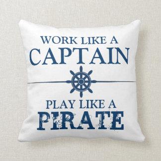 Trabaje como un capitán, juego como un pirata cojin