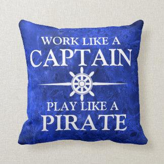 Trabaje como un capitán, juego como un pirata cojín
