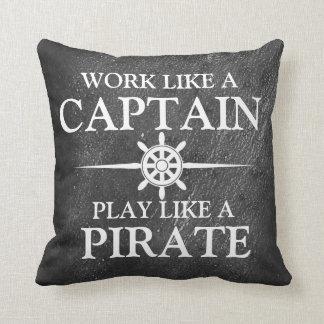 Trabaje como un capitán, juego como un pirata cojín decorativo