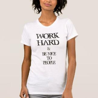 Trabaje difícilmente y sea agradable a la cita de poleras