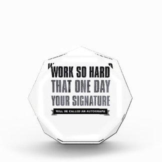 trabaje tan difícilmente que un día su firma…
