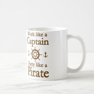 Trabajo como un capitán Party Like A Pirate Taza Básica Blanca