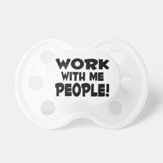 Trabajo conmigo trabajo del equipo de la gente chupetes para bebes