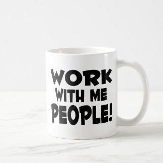 Trabajo conmigo trabajo del equipo de la gente taza básica blanca