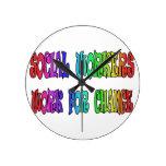 Trabajo de los asistentes sociales para el cambio relojes