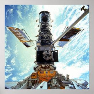 Trabajo de los astronautas sobre el telescopio esp póster