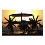 Trabajo de los marineros sobre un avión de E-2C Arte Con Fotos