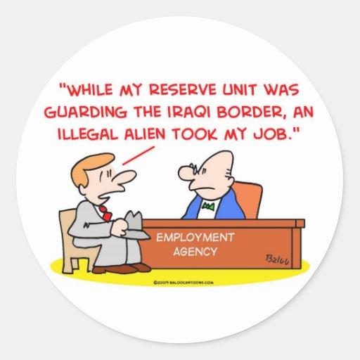 trabajo del inmigrante ilegal que guarda la etiqueta redonda