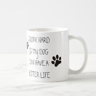 Trabajo difícilmente así que mi perro puede tener taza