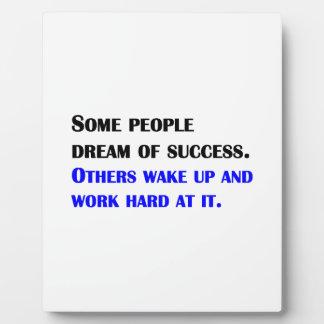 Trabajo difícilmente en el éxito placa para mostrar