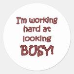 Trabajo difícilmente en parecer ocupado pegatina