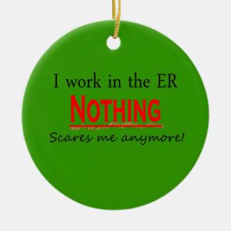 Trabajo en el ER que nada me asusta más Ornam Ornamento De Navidad