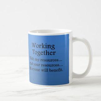 Trabajo junto para beneficiar a otros tazas de café