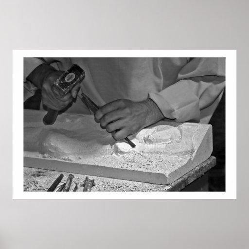 trabajo manual del martillo de piedra de la escult póster