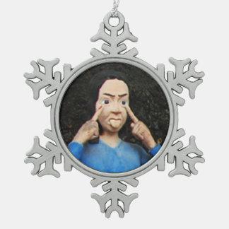 Tracción de caras detrás de su parte posterior adorno de peltre en forma de copo de nieve