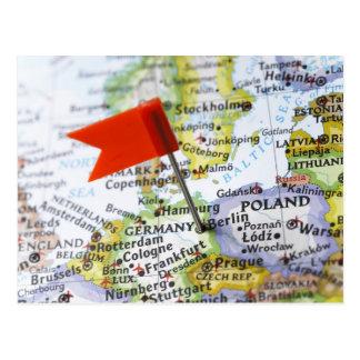 Trace el perno colocado en Berlín Alemania en map Tarjetas Postales