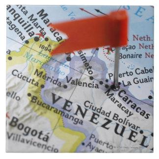 Trace el perno colocado en Caracas, Venezuela en m Azulejo Cuadrado Grande